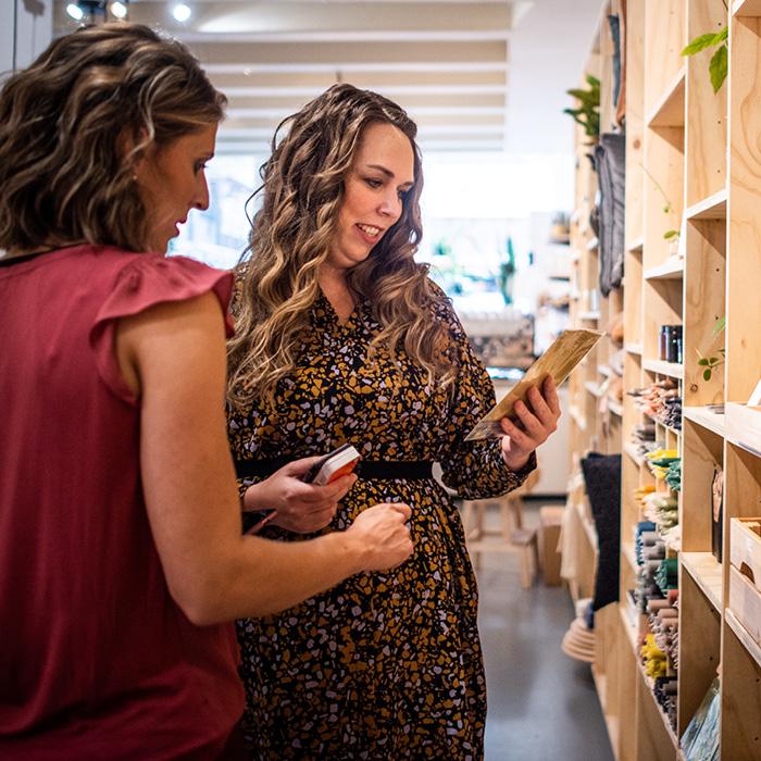 Jennifer Colajezzi winkelt voor nieuwe interieuraccessoires voor haar werk als personal interieur shopper en interieurstylist.