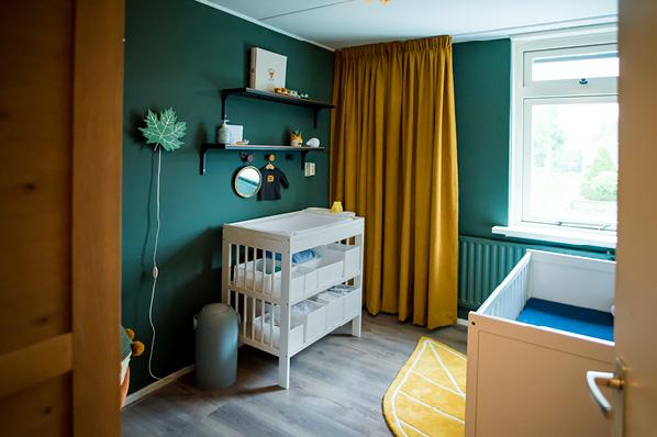 Bos groene babykamerontwerp met oker gele gordijnen