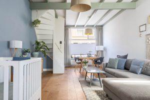 Woonkamer met prachtige groene balken in het plafond