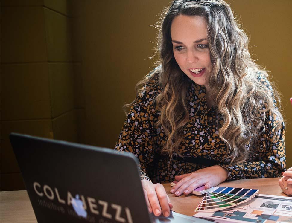 Jennifer Colajezzi neemt deel aan een online interieur inspiratiegesprek.
